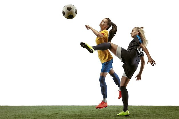 白い背景の上のスポーツウェアとブーツのトレーニングで長い髪の若い女性のサッカーやサッカー選手。健康的なライフスタイル、プロスポーツ、運動、動きの概念。ゴールのために戦う。