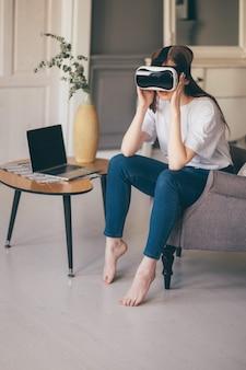 Молодая женщина-программист тестирует новое приложение в 3d-очках виртуальной реальности
