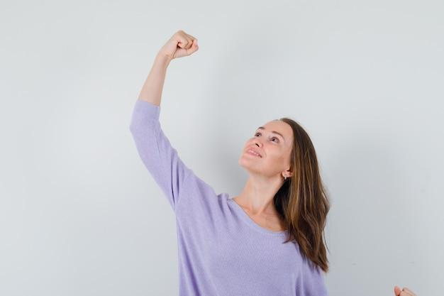 彼女の腕を伸ばす若い女性