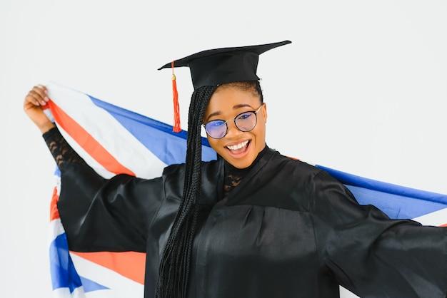 Молодая студентка в халате празднует выпускной