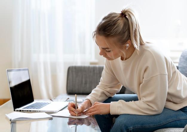 彼女の英語の先生を聞いている若い女子学生 無料写真