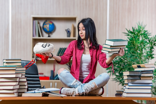 Молодая студентка готовится к экзаменам в колледж Premium Фотографии