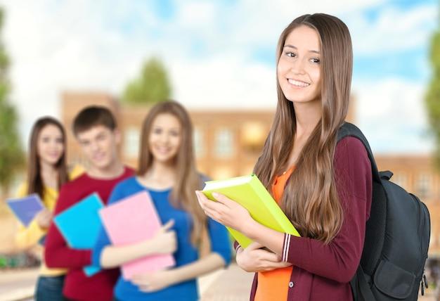 背景に人と若い女子学生