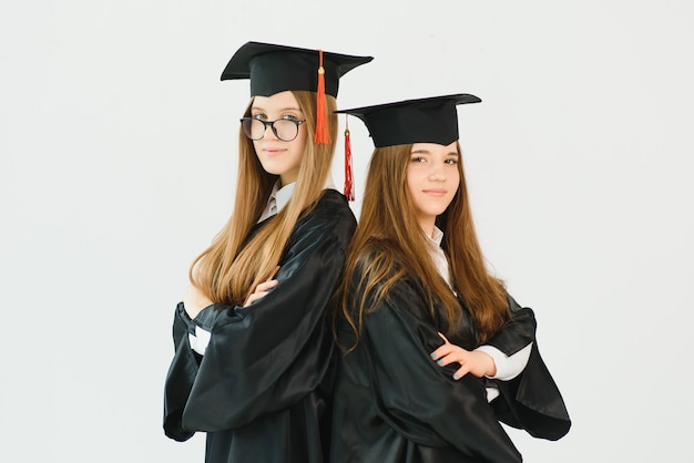Молодые студентки в халате празднуют выпускной