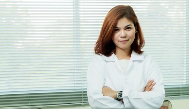 若い女性の技術者または女性のアジアの科学者、生物学研究所のマルチチャンネルピペットで作業