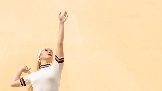 경기에서 젊은 여자 테니스 선수