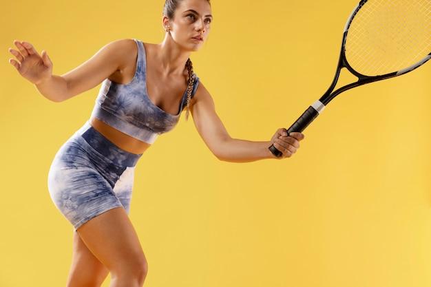 ラケットと若い女性のテニスプレーヤー