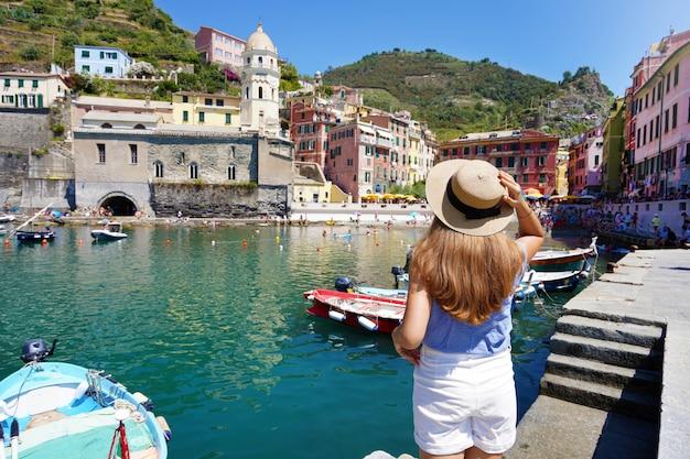 イタリア、チンクエテッレ、ヴェルナッツァの美しい町の若い女性観光客