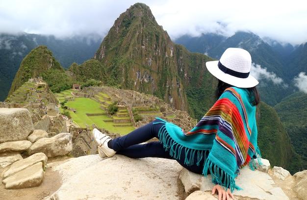 マチュピチュのインカ遺跡を賞賛する若い女性旅行者