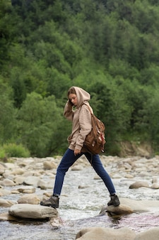 농촌 환경을 즐기는 젊은 여성 여행자