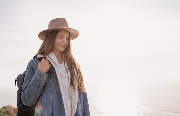 彼女の周りの平和を楽しんでいる若い女性旅行者 無料写真