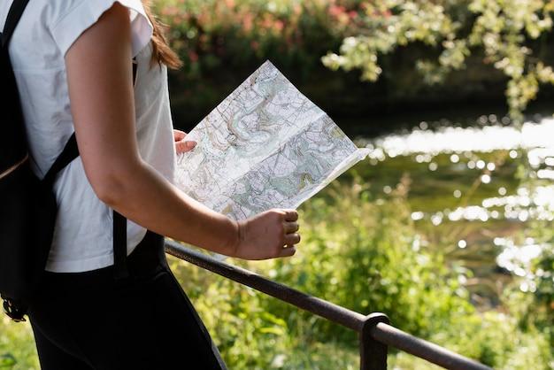 지도와 젊은 여성 여행자