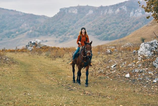 屋外の自然の中でポーズをとる若い女性旅行者