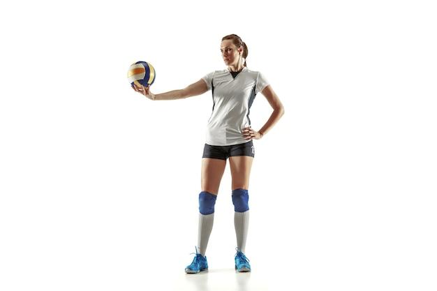 흰색 스튜디오 배경에 고립 된 젊은 여성 배구 선수. 스포츠 장비 및 신발 또는 운동화 훈련 및 연습에 여자. 스포츠, 건강한 라이프 스타일, 운동 및 운동의 개념.