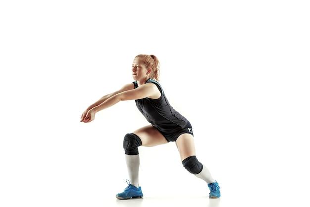 Молодой женский волейболист, изолированные на белой стене. женщина в спортивном снаряжении и обуви или кроссовках тренируется и тренируется. понятие спорта, здорового образа жизни, движения и движения.
