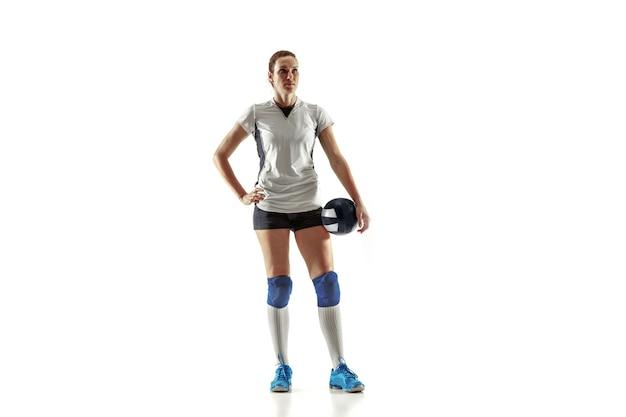 흰 벽에 고립 된 젊은 여성 배구 선수. 스포츠 장비 및 신발 또는 운동화 훈련 및 연습에 여자. 스포츠, 건강한 라이프 스타일, 운동 및 운동의 개념.