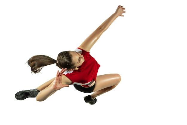Giocatore di pallavolo femminile giovane isolato su priorità bassa bianca.