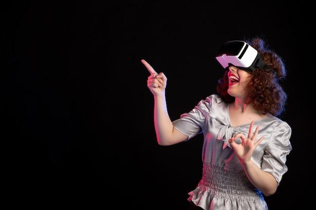 어두운 시각 기술 비전 게임 d에 가상 현실 헤드셋을 착용하는 젊은 여성