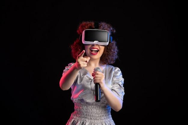 마이크 d 비디오 음악 게임 기술로 가상 현실 헤드셋을 착용하는 젊은 여성