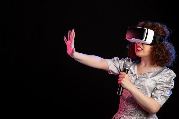 마이크 게임 기술 비디오 d와 가상 현실 헤드셋을 착용하는 젊은 여성