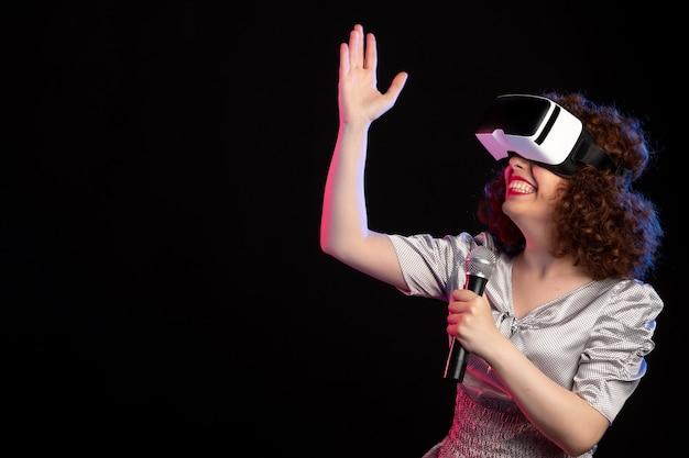 마이크 음악 d 기술 비디오와 가상 현실 헤드셋을 착용하는 젊은 여성
