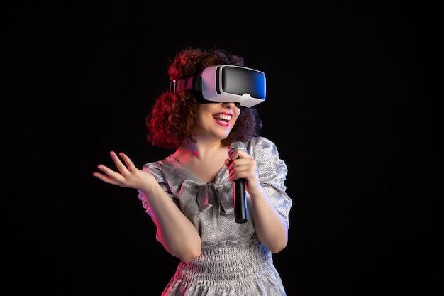 비디오 비주얼 음악 게임 기술로 가상 현실 헤드셋을 착용하는 젊은 여성
