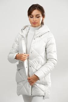 Молодая женщина в зимней одежде