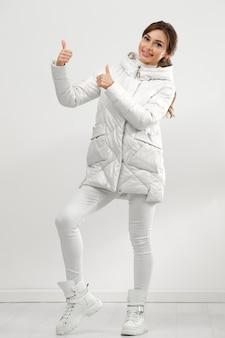 겨울 옷을 입고 젊은 여성