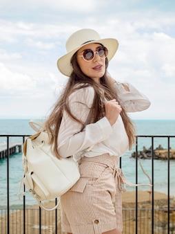 バックパックを持つ若い女性