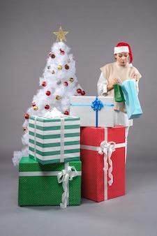 크리스마스와 젊은 여성 빛에 선물