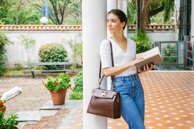 Молодая женщина учится в кампусе колледжа