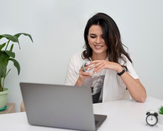 Молодая женщина работает из дома