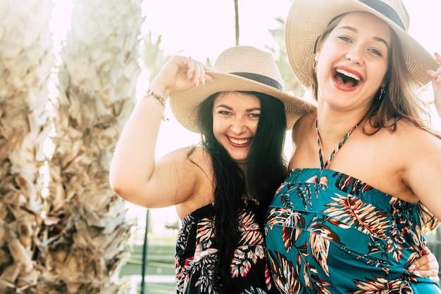 젊은 여성들은 야외 여가 활동을 즐기고 우정이나 관계에서 많이 웃으며 함께 즐깁니다.