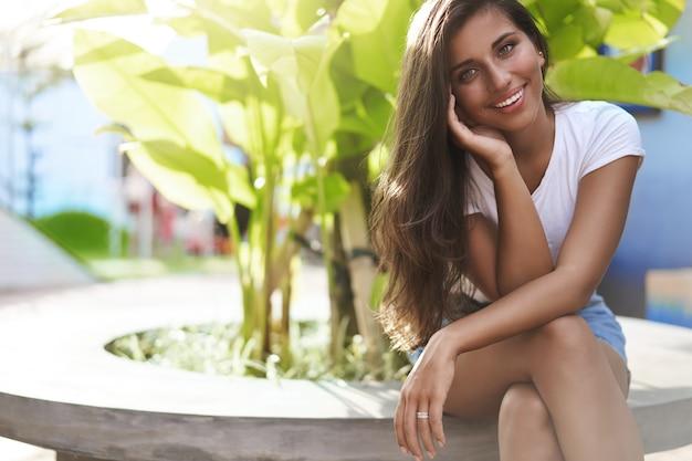 休暇を楽しんでいる若い女性の魅力的なブルネットのヒスパニック系女性