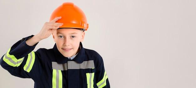 若い消防士ポーズコピースペース