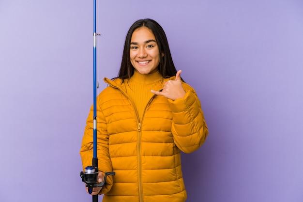 Молодая женщина-рыбак