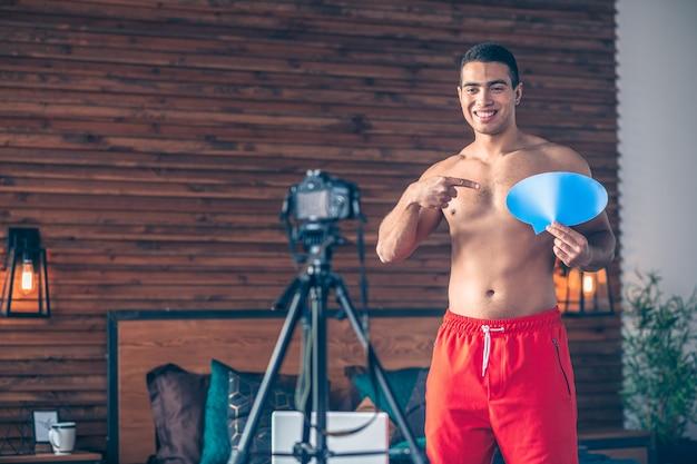 満足そうに見える赤いショートパンツで若いフィットスポーツvlogger