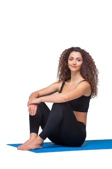 ヨガの練習後の若いフィット女性。