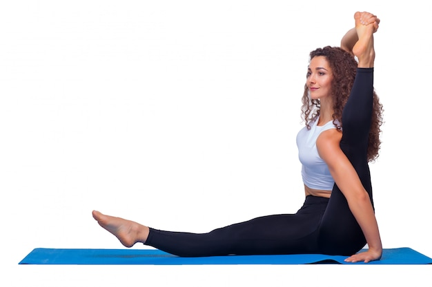 Молодые подходят женщины делают упражнения йоги.