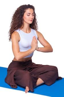 Giovane donna in forma facendo esercizi di yoga.