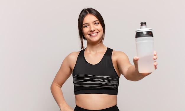 물 한 병을 들고 젊은 맞는 여자