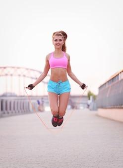 젊은 여자 야외 운동복에 맞는