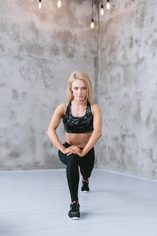 Молодая женщина в спортивной тренировке