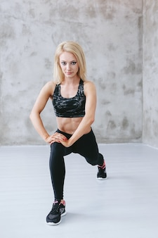スポーツウェアのトレーニングで若いフィットの女性