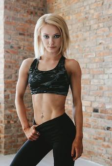 スポーツウェアの若いフィット女性