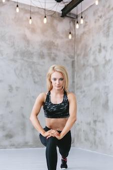 Giovane donna adatta nella formazione di abbigliamento sportivo