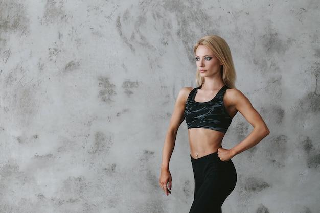 Giovane donna adatta in abiti sportivi