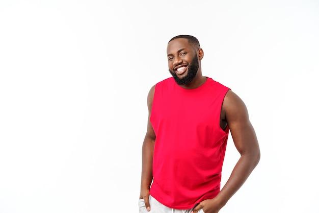 스포츠에 젊은 피트 니스 아프리카 흑인 남자는 흰색 배경 위에 고립 된 평온한 응원을 착용 합니다.