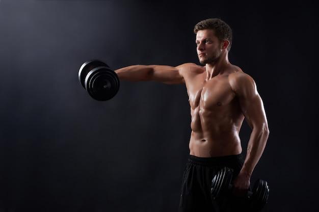 Молодой человек фитнеса в студии