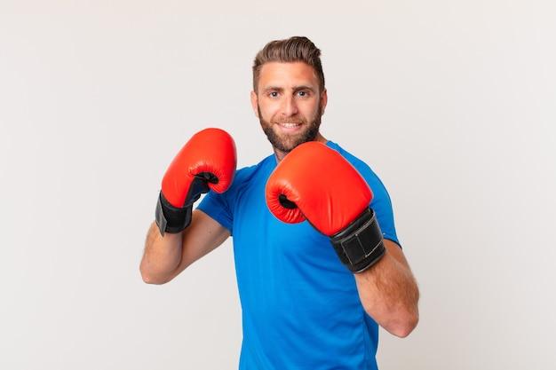 Молодой человек фитнеса с боксерскими перчатками